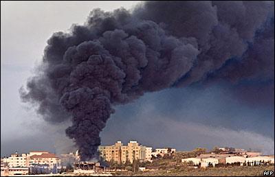 Humo en la Ciudad de Gaza tras bombardeo.